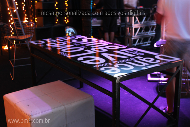 mesa-com-adesivos-digital-mesa-personalizada-para-festa-festa-personalizada-festa-temc3a1tica-bm1-digital-rio-preto-decorac3a7c3a3o-de-festa-impressc3a3o-digital-adesivo-laminado1